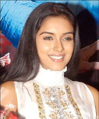 Aamir prepares, Salman is spontaneous: Asin
