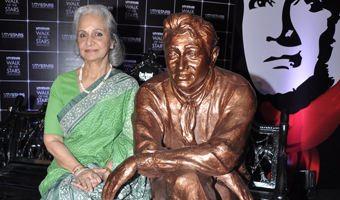 Waheeda breaks into tears unveiling Dev Anand's statue