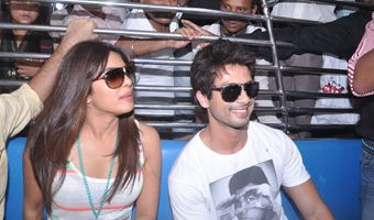 Shahid, Priyanka travel by Mumbai local train