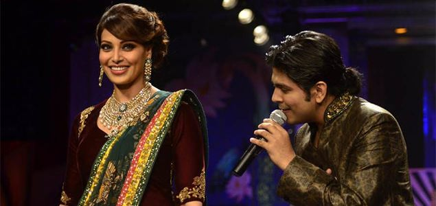 Bipasha Basu Walks As Ankit Tiwari Performs At IIJW 2014 Finale