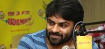 Pilla Nuvvu Leni Jeevitham Team at Radio Mirchi