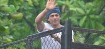 SRK At Home Waves To Fans Eid Mubarak