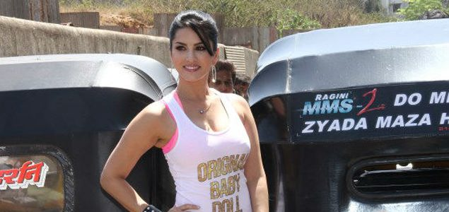 Sunny Leone Enjoys Auto Rickshaw Ride To Promote Ragini MMS 2