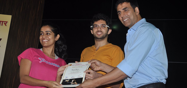 Akshay Kumar Gives Cerificates To First Womens Self Defence Batch