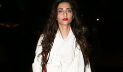 Sonam Kapoor snapped at the Mumbai airport - Pictures