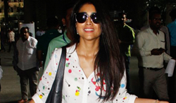 Shriya Saran snapped at the airport - Pictures