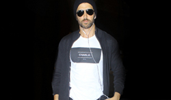 Hrithik Roshan snapped at the airport - Pictures
