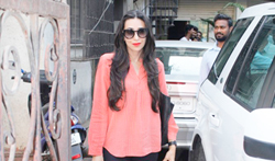 Karisma Kapoor snapped in Bandra - Pictures