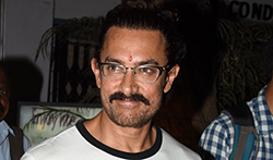 Aamir Khan snapped post collecting his new spectacles in Bandra - Pictures