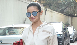 Alia Bhatt snapped at Mahesh Bhatt office - Pictures