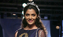 Saiyami Kher walks the ramp for designer Nachiket Barve at the Lakme Fashion Week 2017 - Pictures